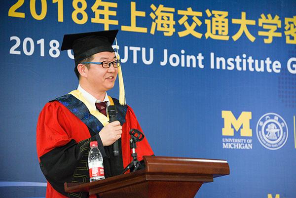 但亚平在密院研究生毕业典礼上发言