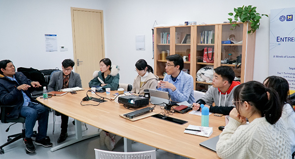 Sam教授在周例会上与组员商讨方案