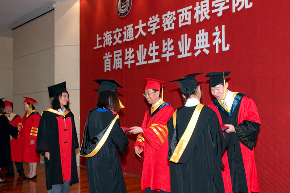 The first batch of undergraduate students graduated from the UM-SJTU Joint Institute.